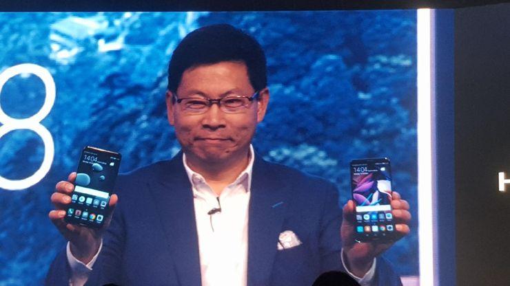 Der President von Huawei zeigt neue Smartphones