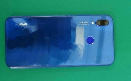 Huawei P20 w niebieskiej obudowie