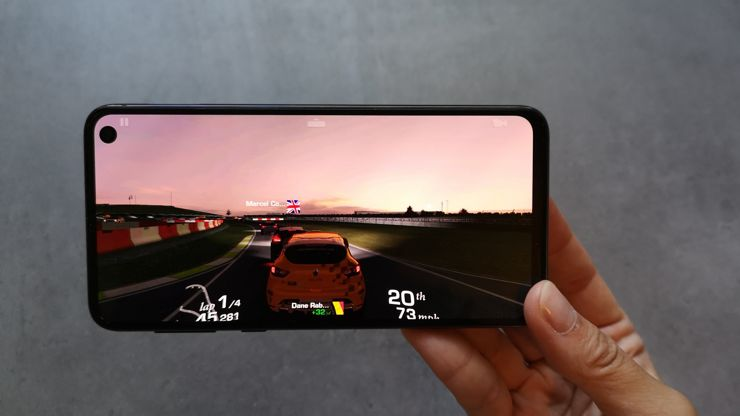 Samsung Galaxy S10e deals with the most demanding games without problems