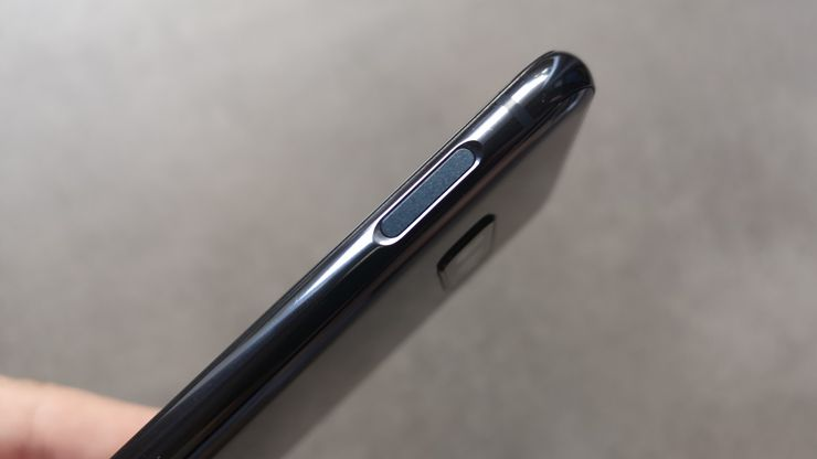 On the right edge we can find the fingerprint scanner built into the power button